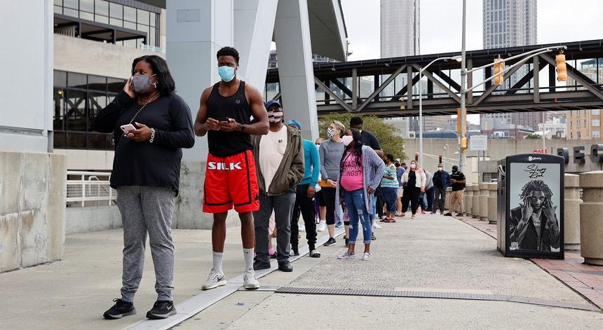 Os norte-americanos parecem impotentes para travar a propagação do vírus