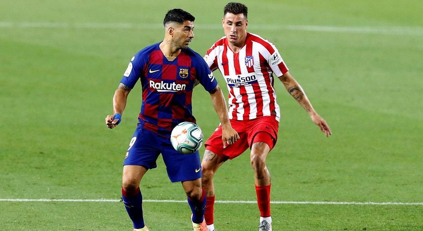 Luís Suarez e Jose Gimenes em luta pela posse da bola