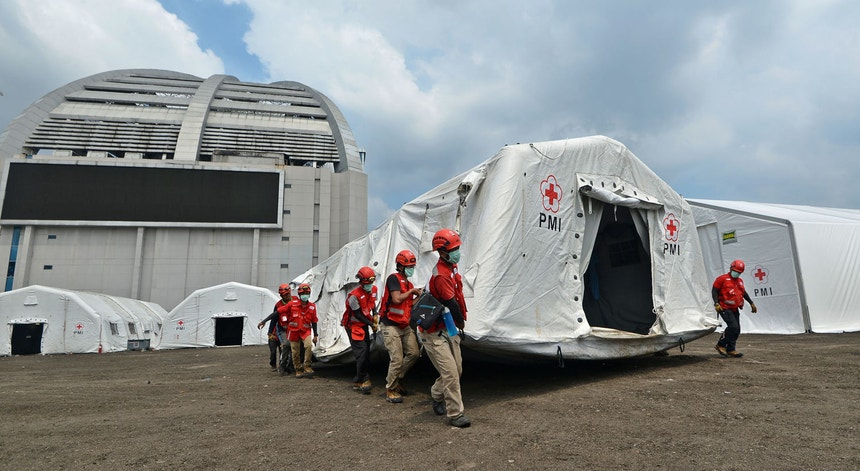 A Cruz Vermelha da Indonésia está a montar hospitais de campanha