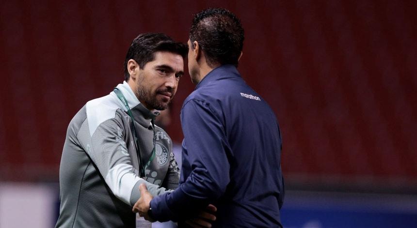 Os treinadores portugueses das duas equipas, Abel Ferreira e Renato Paiva, cumprimentam-se no final do encontro