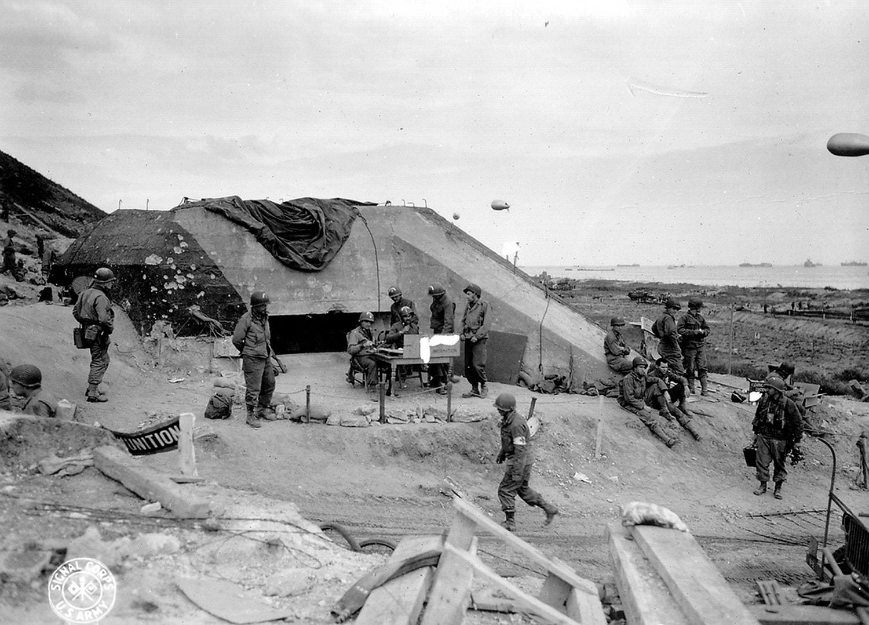 Posto de comunicação de tropas americanas montado junto a um bunker alemão /Reuters