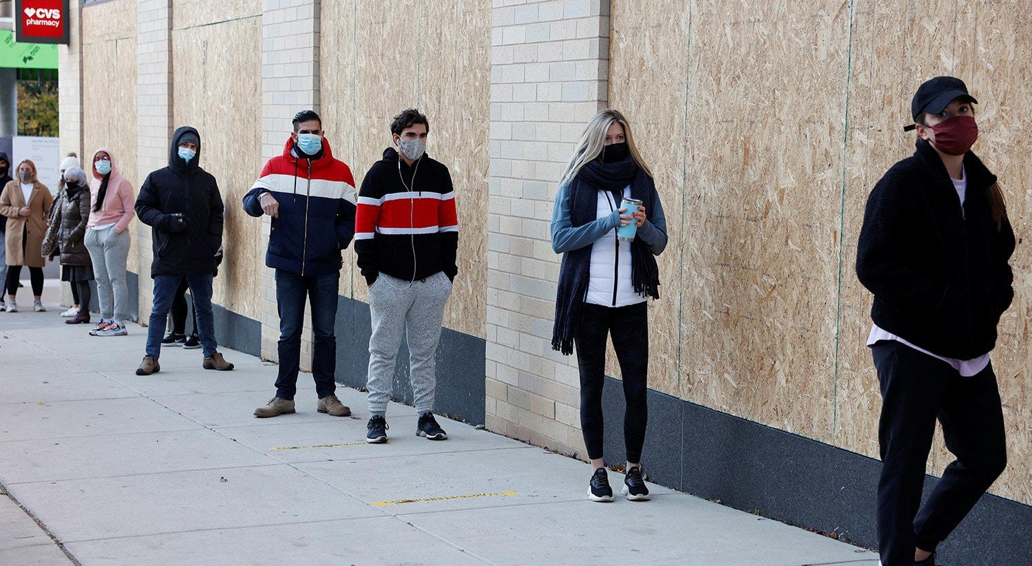 Os eleitores aguardam para votar numa fila com distância de segurança entre eles na Filadélfia, Pensilvânia | REUTERS/Rachel Wisniewski