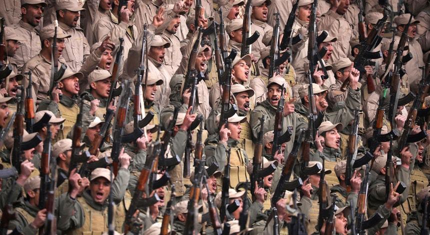 Soldados das forças de auto-defesa curdas manifestam-se em Hasaka, no norte da Síria (23 de janeiro de 2018)