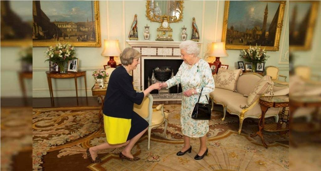 A Rainha Isabel II recebe Theresa May numa audiência no Palácio Buckingham, onde a convidou para ser primeira-ministra. 13 Julho 2016. REUTERS/Dominic Lipinski/Pool