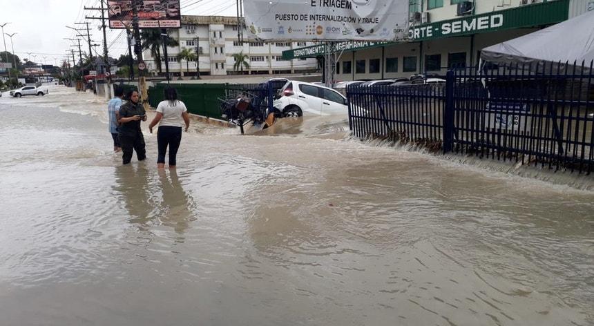 A Avenida Torquato Tapajós invadida pela água em Manaus