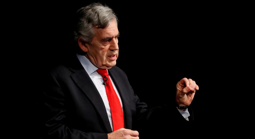 Gordon Brown alerta: se não forem doadas a países pobres, 100 milhões de vacinas serão desperdiçadas