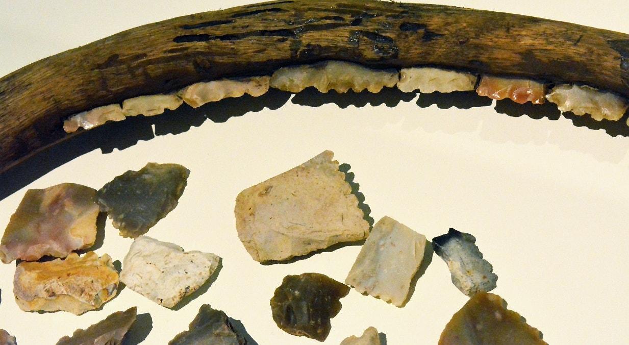 Instrumento agrícola para cortar cereal do período Neolítico. Elementos de foice denticulados