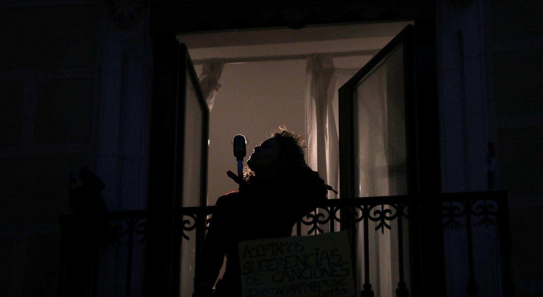 """Um concerto à janela pela cantora de Blues, Beatriz Berodia """"Betta"""" em Madrid, Espanha. / Susana Vera - Reuters"""