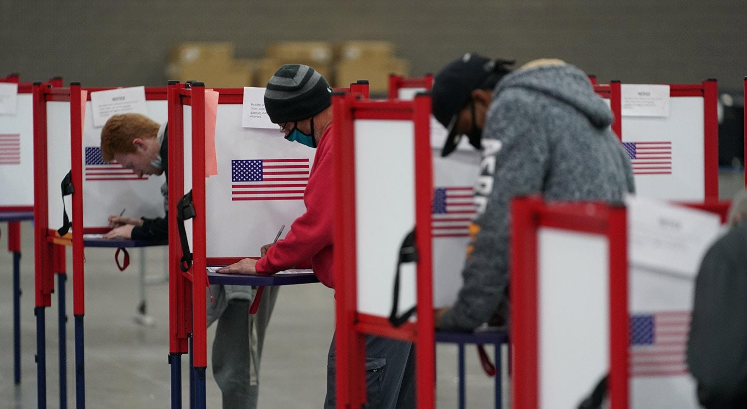 Os eleitores preenchem os boletins de voto no Kentucky | REUTERS/Bryan Woolston