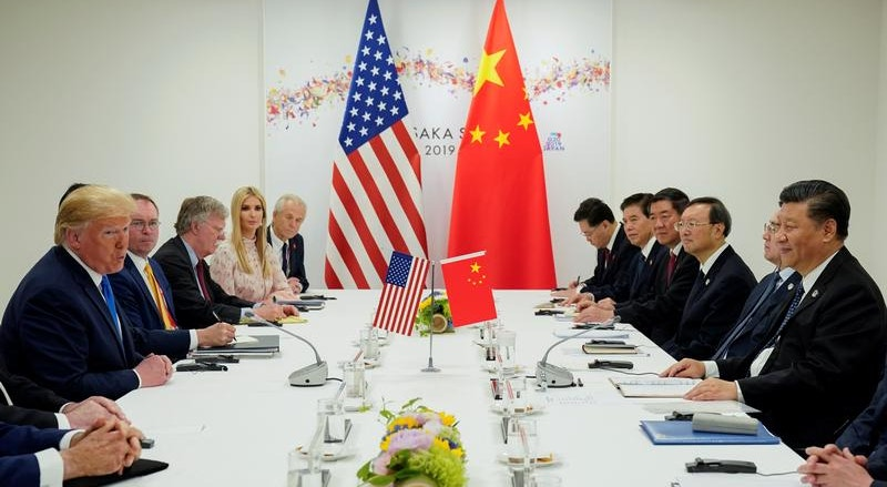 Delegações norte-americana e chinesa, lideradas por Donald Trump e Xi Jinping, durante a cimeira do G20 em Osaka, Japão, em junho último.