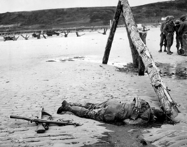 Espingardas cruzadas na areia como homenagem a um soldado americano caído durante o desembarque /Reuters