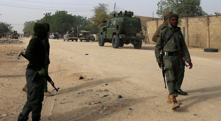 Forças de segurança nigerianas patrulham uma aldeia de Maiduguri, Nigéria, após o assassínio de um homem por militantes islamitas