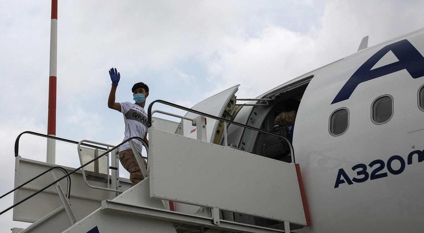 Um dos jovens a embarcar no avião que o transportou para Portugal