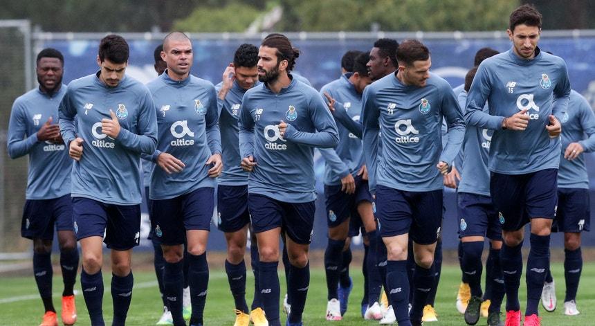 A equipa azul e branca corre em busca da desejada vitória