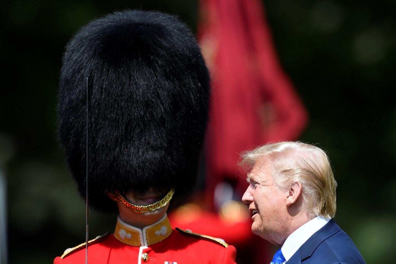 O Presidente norte-americano foi convidado a inspecionar a guarda de honra /Toby Melville - Reuters