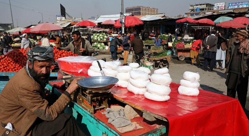Um mercado em Cabul em 2020. O futuro imediato do Afeganistão depende do eventual entendimento entre os talibãs e as potências ocidentais