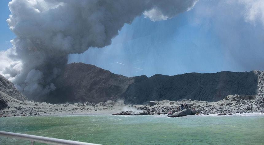 O vulcão da Ilha Branca entrou subitamente em atividade às 14h11 locais de segunda-feira, 09 de dezembro de 2012