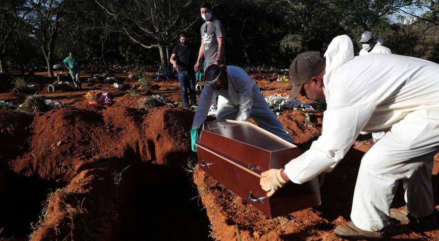 Os brasileiros continuam a lamentar a morte de um número muito elevado de cidadãos vitimados pelo novo coronavírus