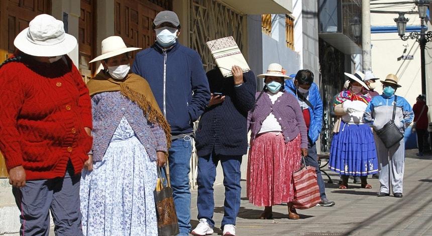 Os peruano aguardam por melhores dias enquanto esperam nas filas para fazer o teste à covid-19
