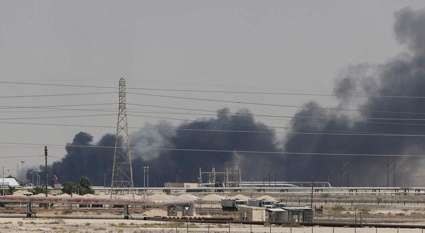Imagem de fumo a sair das instalações petrolíferas da Aramco na cidade de Abqaiq, na Arábia Saudita
