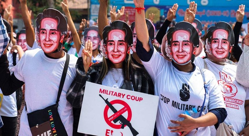 Protestos em Myanmar contra a repressão militar e pela libertação de Aung San Suu Kyi