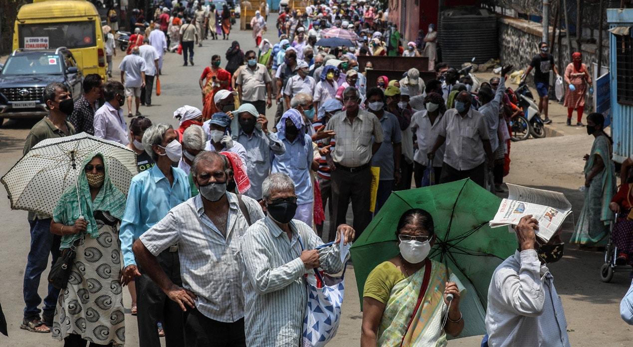 Mumbai. Fila para a vacinação | Divyakant Solanki - EPA