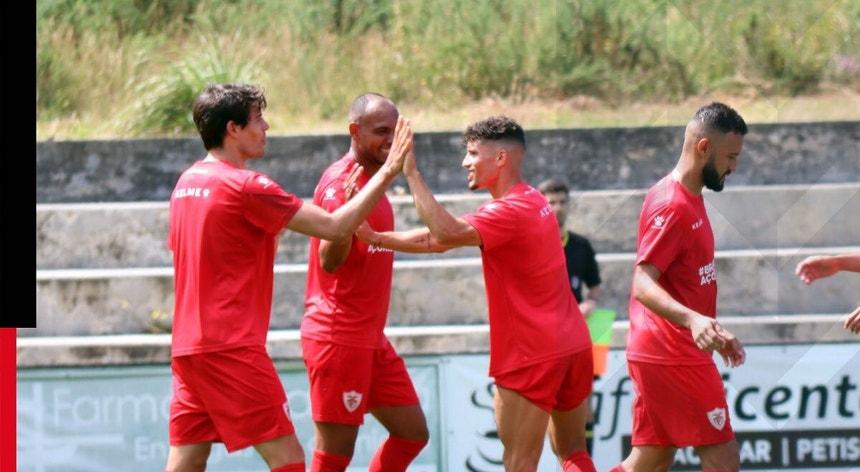 Os futebolistas do Santa Clara vão procurar um resultado que lhes permita resolver a eliminatória nos Açores
