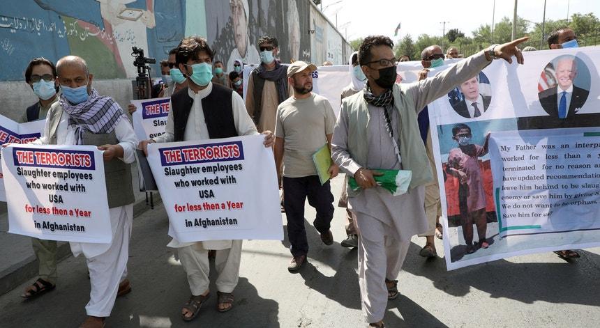 Afegãos manifestam-se em Cabul a exigir mais celeridade na atribuição dos SIV - vistos de emigração especiais de entrada nos EUA - por temerem pela própria vida
