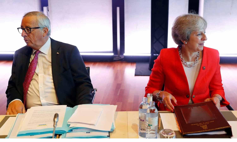 Theresa May encontra-se com o presidente da Comissão Europeia Jean-Claude Juncker onde participam da cimeira informal dos líderes da União Europeia em Salzburgo, Áustria, a 20 de Setembro de 2018. REUTERS/Leonhard Foeger