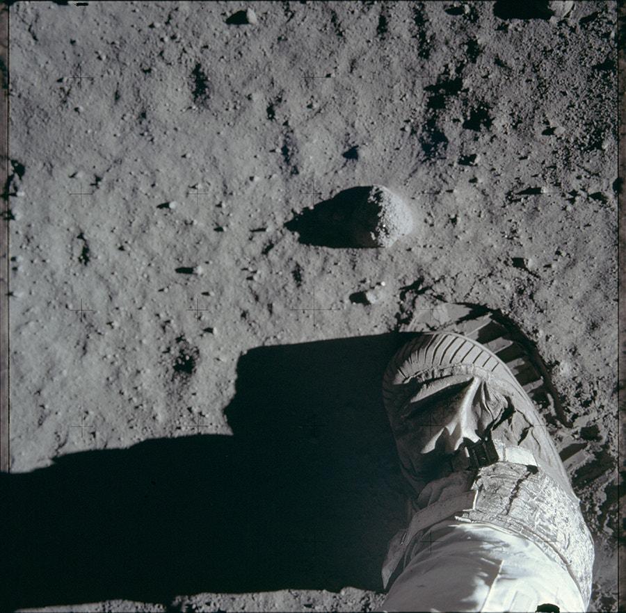 Pormenor revela a textura da superfície da lunar. Aldrin tirou esta fotografia depois da sua icónica imagem da pegada. /Crédito: NASA