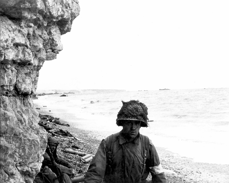 Médico do exército norte-americano a prestar primeiros socorros aos feridos na praia de Omaha /Reuters