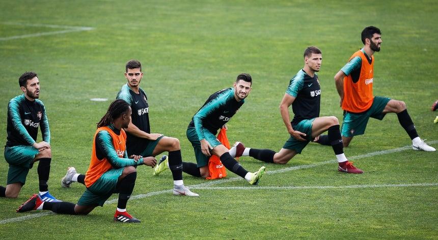 16faf0b0d3263 Raphaël Guerreiro ausente do treino da seleção portuguesa no Estádio Algarve