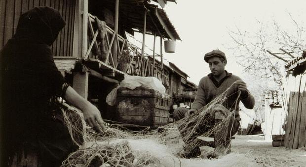 Avieiros a coser as redes para a pesca, Caneiras, Santarém.
