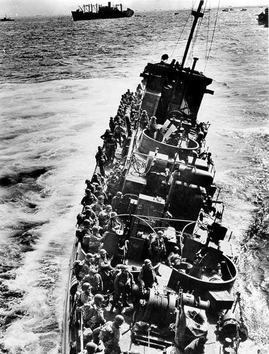 Navio americano alvo de fogo inimigo em frente à praia de Omaha /Reuters
