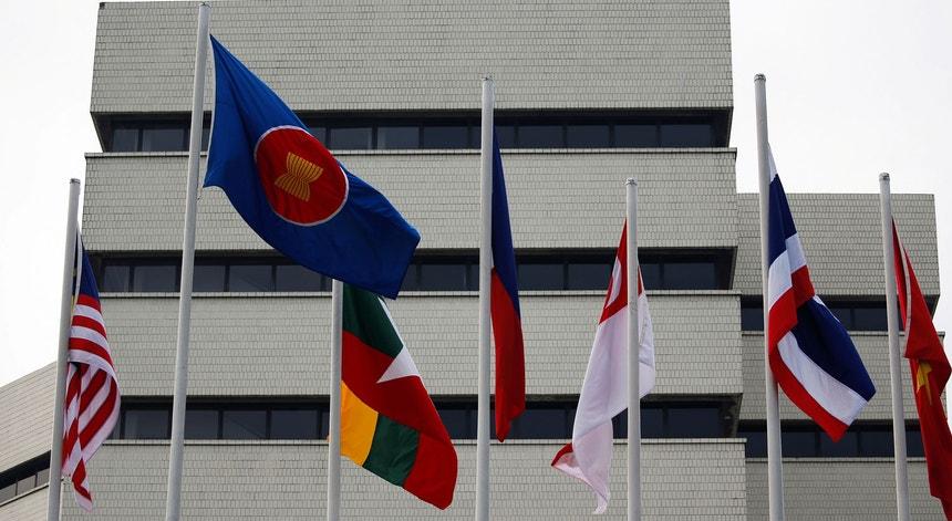 As bandeiras dos países membros da ASEAN em Jacarta, Indonésia, no exterior do edifício que aloja o secretariado da organização