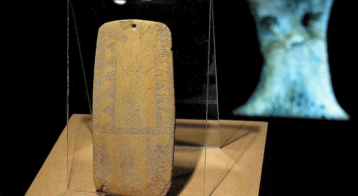 """Placa com representação de ídolo """"almariense"""", xisto, 3000-2500a.C., Necrópole da Lapa do Bugio, Sesimbra   Carla Quirino - RTP"""