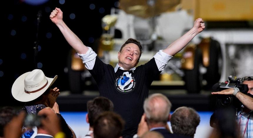 Elon Musk festeja lançamento bem sucedido da SpaceX Falcon 9 e da cápsula Dragon em 30 de maio de 2020 a partir de Cabo Canaveral, Florida, EUA