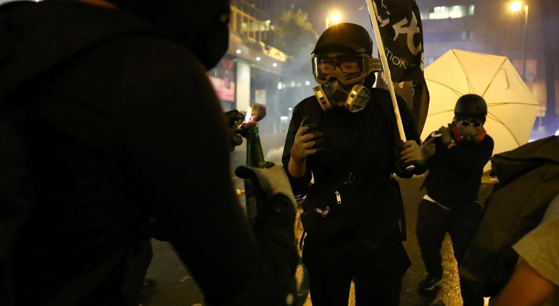 Hong Kong. Estudantes usam rapel para escapar a cerco da polícia