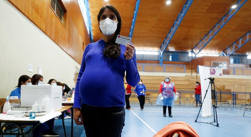 Os riscos de Covid-19 em grávidas são tão graves que vários especialistas recomendam a sua vacinação prioritária. No Chile, Alyson Bravo, 31 anos, foi inoculada às 37 semanas com a vacina da Pfizer.