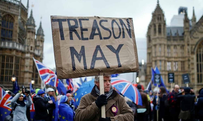 Um manifestante pró-Brexit segura uma bandeira junto a manifestantes anti-Brexit  junto ao Parlamento britânico, antes da votação do acordo da primeira-ministra Theresa May sobre o Brexit. 15 janeiro 2019. REUTERS/Henry Nicholls via REUTERS