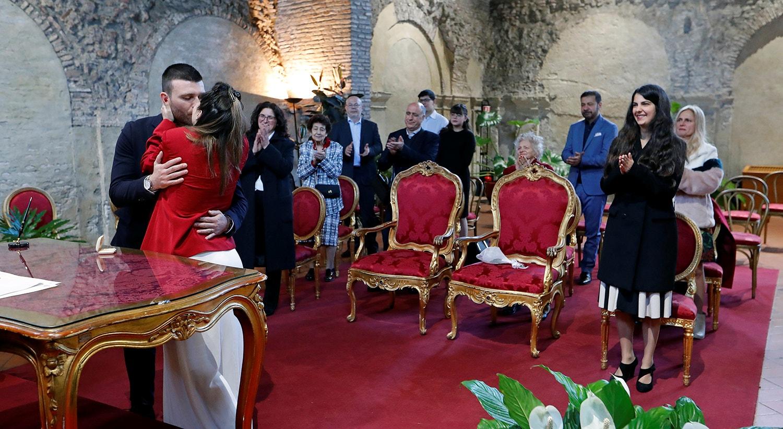 No casamento o número de convidados é limitado e os mesmos mantém a distância de um metro /Remo Casilli - Reuters