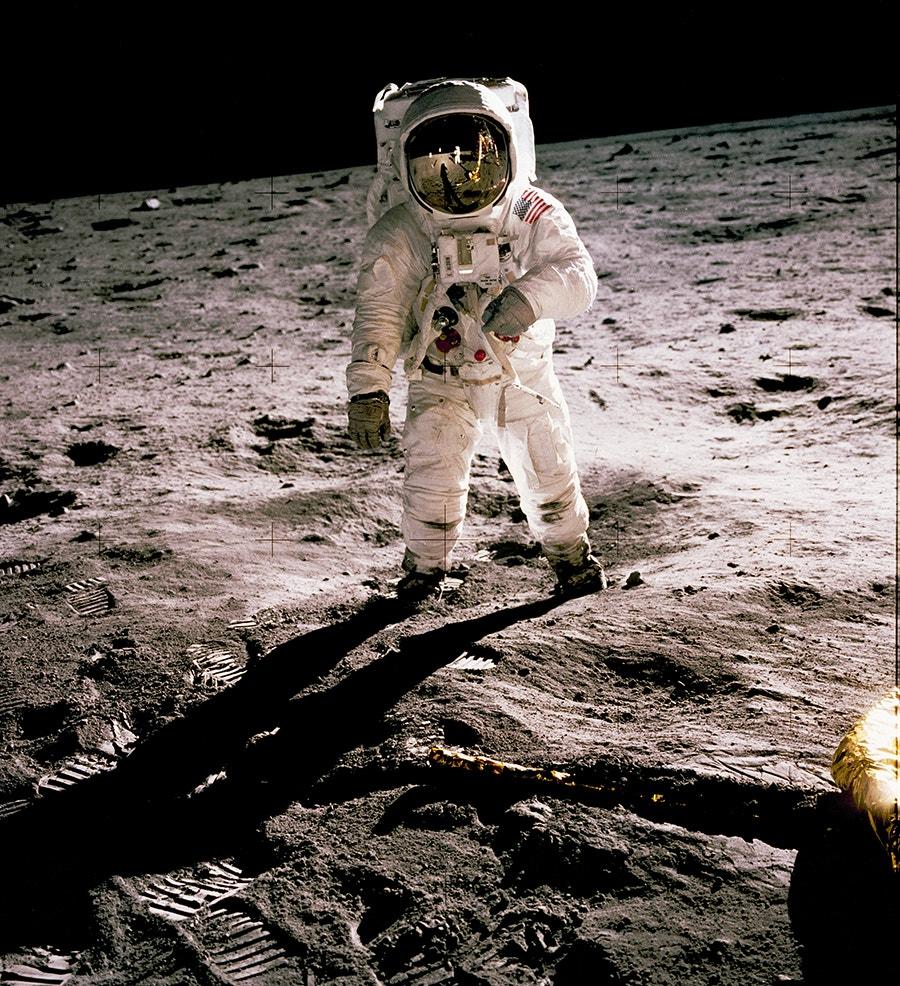 Edwin Aldrin foi fotografado por Neil Asmstrong, que se vê refletido no capacete de Aldrin. Armstrong foi o primeiro homem a pisar a Lua. /Crédito: NASA