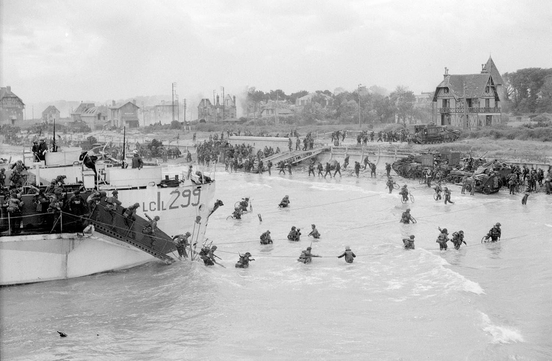 Desembarque das tropas canadianas na praia de Juno /Reuters
