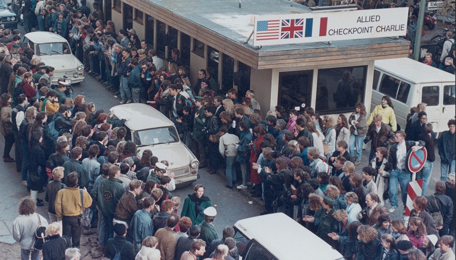 Os alemães ocidentais aplaudem quando os cidadãos de Berlim Oriental atravessam o Check point Charlie. 10 de novembro de 1989 | David Brauchli - Reuters