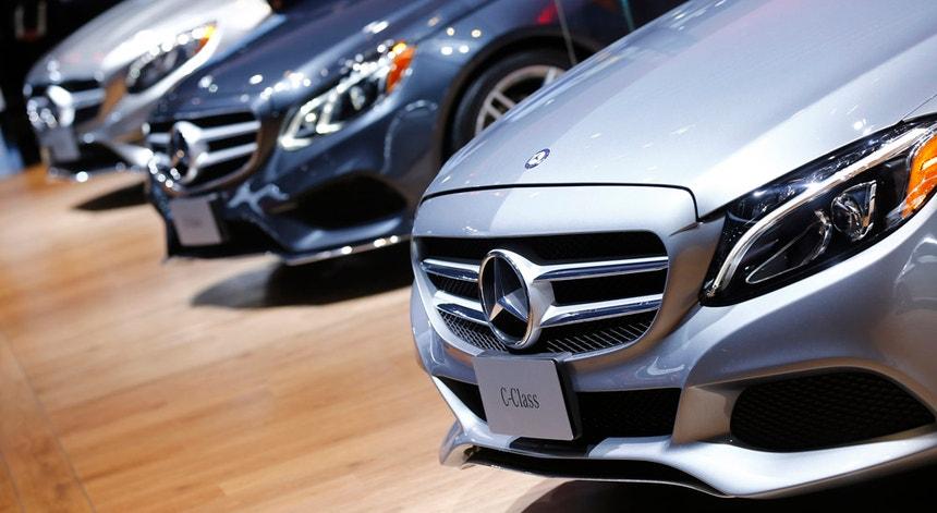 O relatório aponta que os carros da Mercedes-Benz emitem, em média, mais 48 por cento do que o referido nos testes. Os modelos classe A, C e E ultrapassam mesmo a faixa dos 50 por cento.