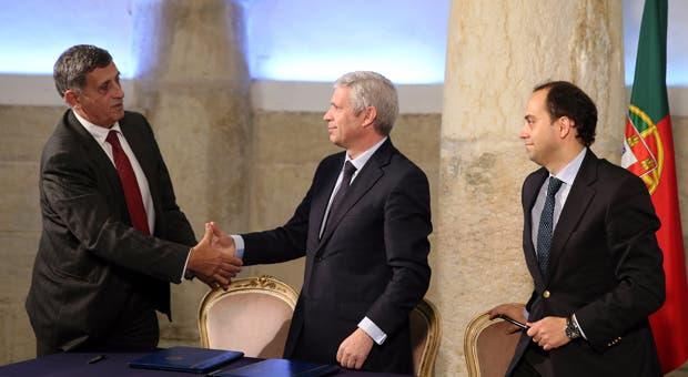 O atual presidente dos ENVC, Jorge Camões, cumprimenta o presidente da West Sea, Carlos Martins, sob o olhar do seu sócio Paulo Duarte, durante a assinatura do contrato de subconcessão