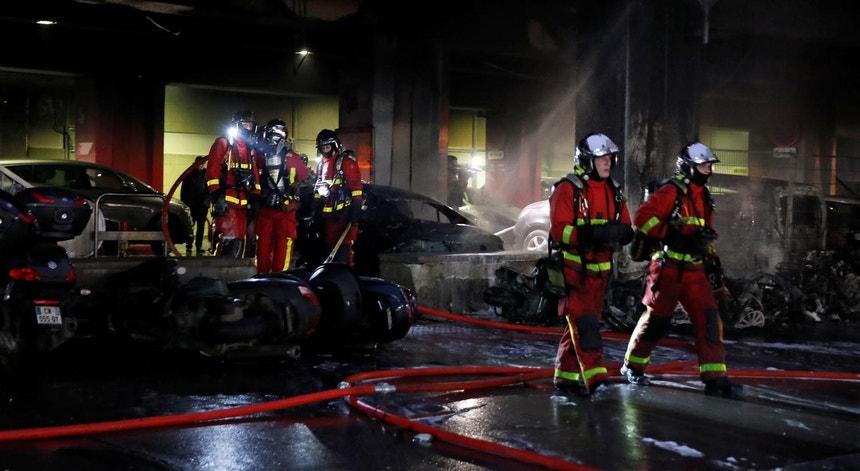 Um grupo de bombeiros franceses intervém para apagar as chamas ateadas durante uma manifestação ilegal de congoleses em Paris, a 28 de fevereiro de 2020