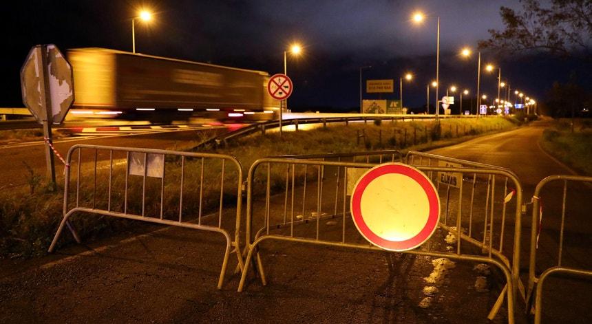 O fecho de fronteiras entre Portugal e Espanha ocorreu na transição de segunda para terça-feira