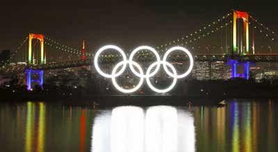 Tóquio2020: Anéis olímpicos na baía de Tóquio acesos a seis meses do ínício dos JO