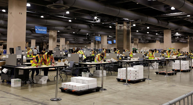 Contagem dos votos por correspondência no Centro de Convenções da Pensilvânia | REUTERS/Rachel Wisniewski